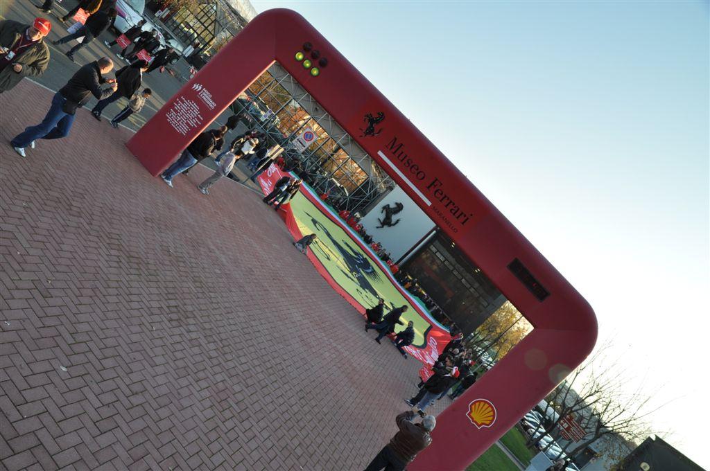 Il maxi scudetto Ferrari steso all'ingresso del Museo Ferrari.